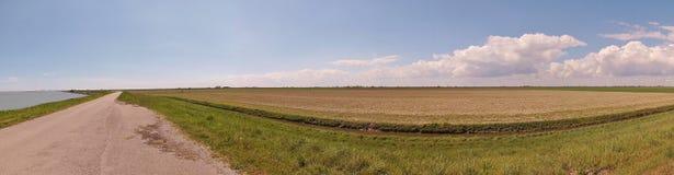Изображение панорамы залива Scardovari, дороги тележки и полей в di венето Перепада del Po заповедника Италия Стоковые Фотографии RF