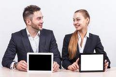 Изображение пар работников офиса оба держа таблетку Стоковое Фото