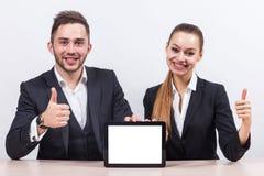 Изображение пар работников офиса оба держа таблетку Стоковые Изображения