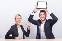 Изображение пар работников офиса оба держа таблетку Стоковые Фотографии RF