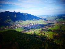 Изображение переноса наклона деревни в зеленом ландшафте горы стоковое фото rf