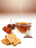 Изображение печений, ягод и конца-вверх чашки чаю Стоковые Изображения RF