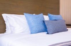 Изображение подушки и внутреннего художественного оформления спальни нового дизайна современного на гостинице Стоковые Фото