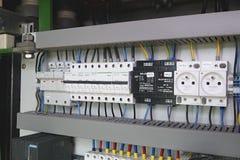Изображение показывает кабину управления Прибор Schneider электрические и автоматы защити цепи Schneider внутри случая силы Стоковое Изображение RF