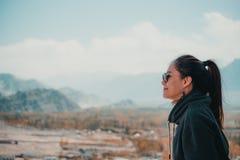 Изображение портрета красивой азиатской женщины стоя на верхней части точки зрения с городом Leh Стоковые Изображения RF