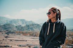 Изображение портрета красивой азиатской женщины стоя на верхней части точки зрения с городом Leh Стоковое Фото