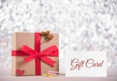 Изображение подарочной коробки с красной карточкой подарка ленты и сообщения на gre Стоковые Фото