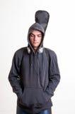 Изображение подростка в черных одеждах и hoodie с наушниками Стоковые Изображения RF