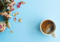 Изображение предпосылки осени с сухими розами и wi чашки кофе Стоковое Изображение