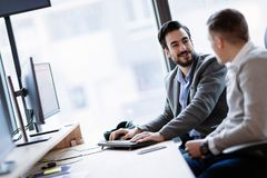 Изображение предпринимателей работая на компьютере совместно Стоковое Фото