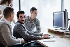 Изображение предпринимателей работая на компьютере совместно Стоковые Фотографии RF