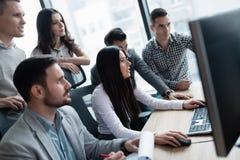 Изображение предпринимателей работая на компьютере совместно Стоковая Фотография