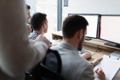 Изображение предпринимателей работая на компьютере совместно Стоковое фото RF