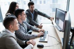 Изображение предпринимателей работая на компьютере совместно Стоковая Фотография RF