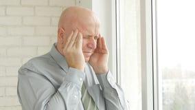 Изображение предпринимателя страдая большую и строгую головную боль стоковая фотография
