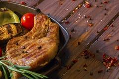 Изображение предпосылки стейка мяса на деревянном столе Стоковые Изображения RF