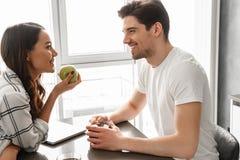 Изображение привлекательного человека и женщины смотря один другого, пока s Стоковая Фотография