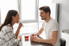 Изображение привлекательного человека и женщины смотря один другого, пока s Стоковая Фотография RF
