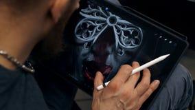 Изображение притяжки Гай на планшете Дизайнерские работы на графическом планшете на ПК сток-видео
