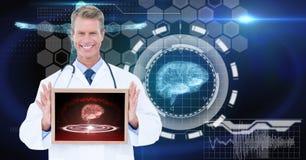 Изображение произведенное цифров мужского доктора показывая цифровую таблетку против графиков техника Стоковые Изображения