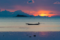 Изображение пустой шлюпки длинного хвоста на тропическом пляже на заходе солнца Остров pe li Ko Чистая вода и голубое небо с обла Стоковое Изображение
