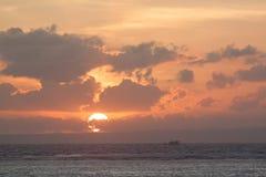 Изображение пустой шлюпки длинного хвоста на тропическом пляже на заходе солнца Остров pe li Ko Стоковые Фотографии RF