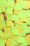 Изображение пустых красочных липких примечаний на pinboard пробочки Стоковое Фото