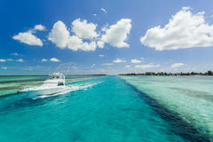 Изображение плавания рыбацкой лодки вдоль пляжа стоковое изображение rf