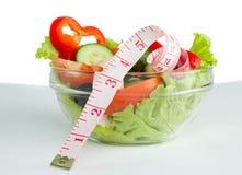Изображение плиты с греческим салатом и рулеткой Стоковые Фотографии RF