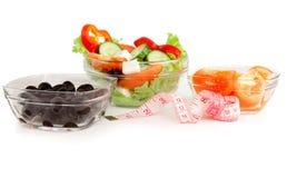 Изображение плиты с греческим салатом, томатами и черными оливками Стоковое Фото