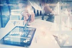 Изображение работая процесса Проект работы директора финансов новый глобальный в всемирном офисе банка Используя современную табл Стоковое Изображение