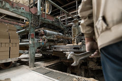 Изображение работника в мастерской для продукции кирпичей Стоковое Изображение RF
