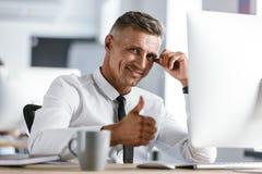 Изображение радостной рубашки бизнесмена 30s нося белой и sitt связи стоковое изображение