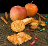 Изображение различных печенья и яблок Стоковое Изображение