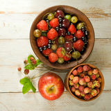 Изображение различных ягод на конце деревянной доски вверх Стоковые Фотографии RF