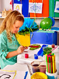Изображение ребенка картины маленькой девочки на столе Стоковое фото RF