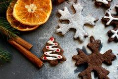Изображение рождества Рождественские елки и снежинки пряника шоколада взбрызнутые с мукой на темной предпосылке Стоковое Изображение