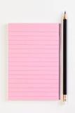 Изображение розовой бумаги памятки и черного карандаша на белом backgound Стоковая Фотография