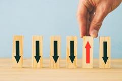 изображение руки человека - выберите одно от много деревянных блоков владение домашнего ключа принципиальной схемы дела золотисто Стоковая Фотография