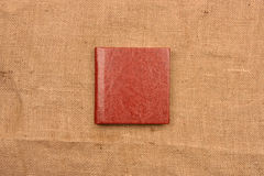 Изображение рыжеватокоричневой кожаной крышки фотоальбома на backg джута Стоковая Фотография RF