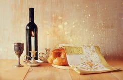 Изображение Саббата хлеб и кандели challah на деревянном столе верхний слой яркого блеска Стоковое Изображение RF
