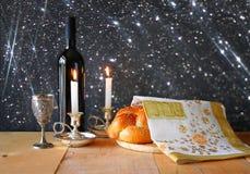 Изображение Саббата хлеб и кандели challah на деревянном столе верхний слой яркого блеска Стоковые Изображения RF