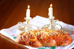 Изображение Саббата. хлеб и кандели challah на деревянном столе Стоковое Фото