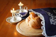 Изображение Саббата. хлеб и кандели challah на деревянном столе Стоковое Изображение RF