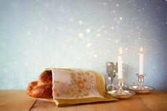 Изображение Саббата хлеб и кандели challah на деревянном столе Стоковые Изображения RF