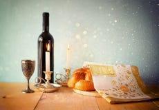 Изображение Саббата хлеб и кандели challah на деревянном столе Стоковое Изображение