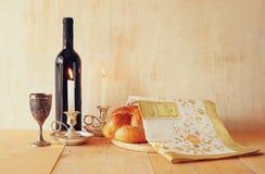 Изображение Саббата хлеб и кандели challah на деревянном столе Стоковые Изображения