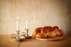 Изображение Саббата хлеб и кандели challah на деревянном столе Стоковые Фото