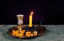 Изображение Саббата хлеб и кандели challah на деревянном столе Стоковые Фотографии RF