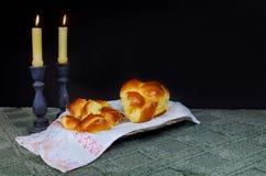 Изображение Саббата хлеб и кандели challah на деревянном столе Стоковая Фотография